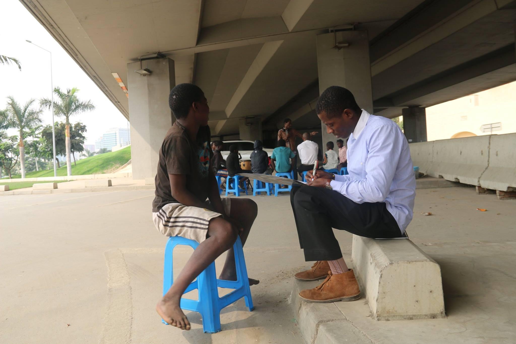 בית לחיים – הדרך הטובה באנגולה: שבייר נרסיסו, מנהל התכנית, בשיחה עם אחד החניכים.