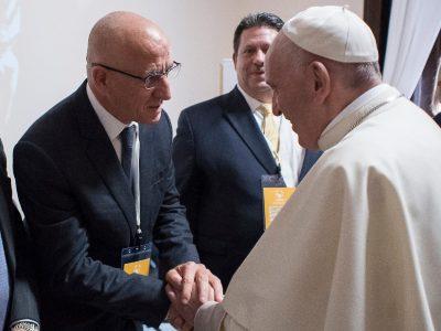 חיים טייב והאפיפיור פרנציסקוס בפגישתם בוותיקן